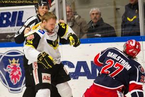 Viktor Mårtensson hjälper Marcus och tar hand om Jacob  Dahlström