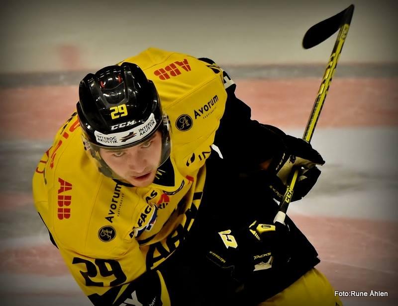 Jesper Andersson tar steg som fjärdecenter och vann 6 av 8 tek. FOTO: RUNE ÅHLÉN
