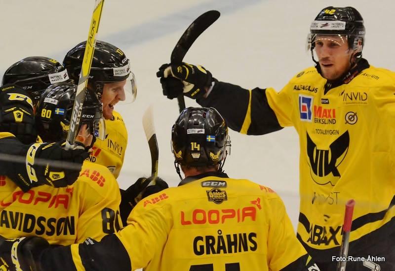 Lossnar det för Simon Karlsson nu efter ett fint mål och en assist? FOTO: RUNE ÅHLÉN
