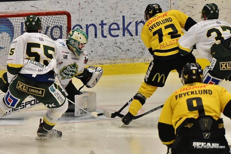 Detta friläge slutade med att Zetterberg serverade Frycklund öppet mål. Bra driv mot kassen. FOTO: RUNE ÅHLÉN